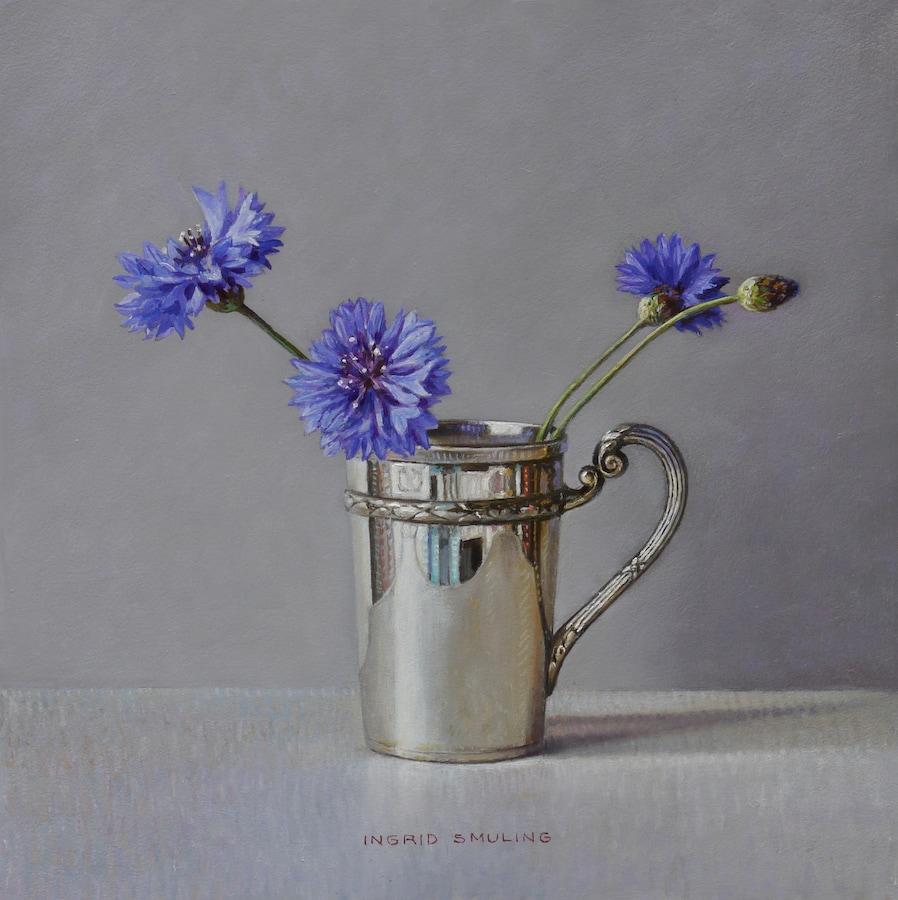 Korenbloemen in zilveren beker