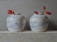 Witte gemberpotjes met rozenbottels